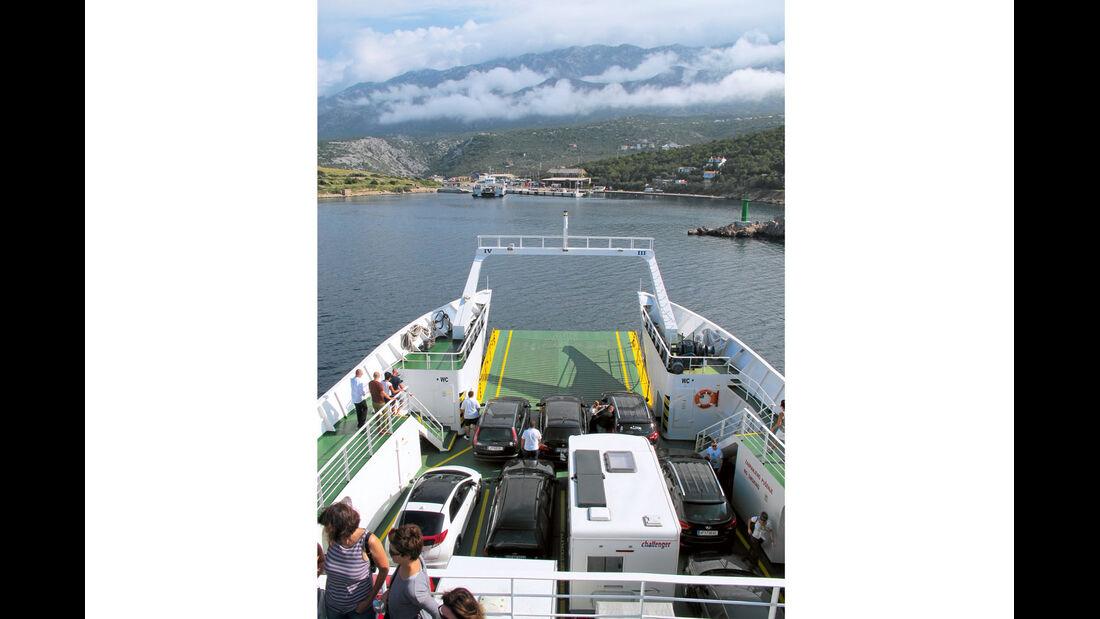 Kurze Faehrpassagen bereichern die Reise mit maritimen Erlebnissen.