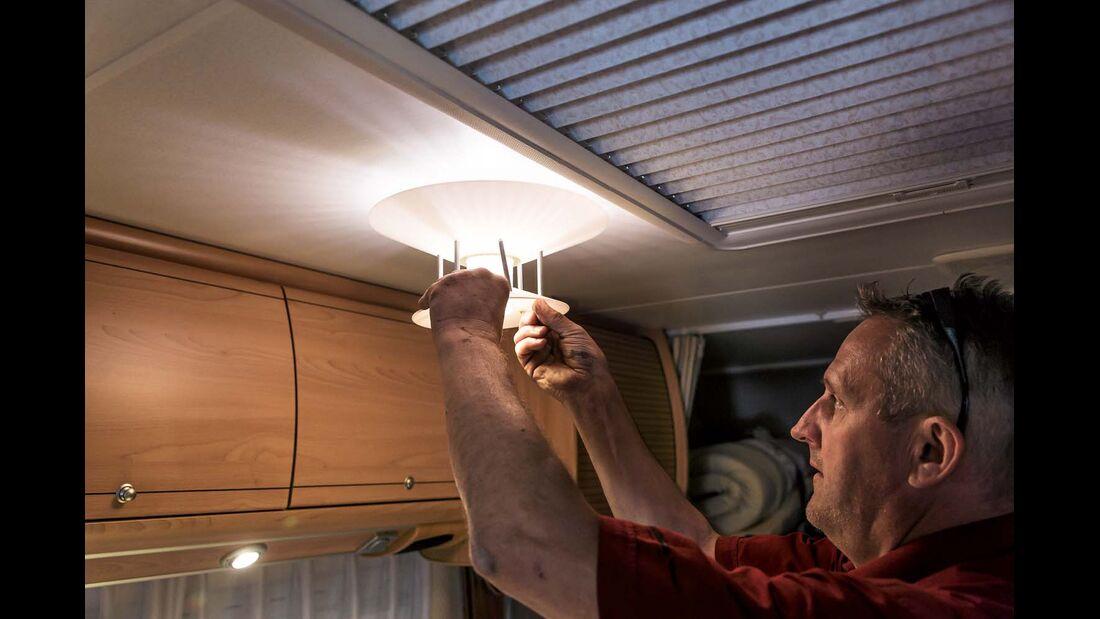 Lampenschirme oder Gehäuse abbauen und Birne freilegen