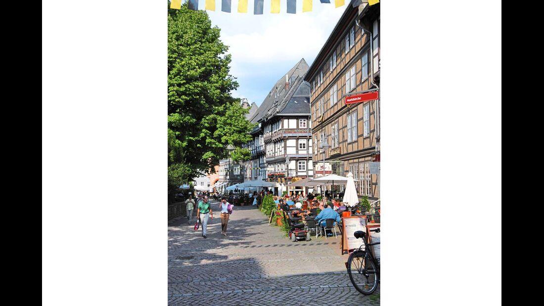 Lebendiges Treiben in der historischen Altstadt von Goslar