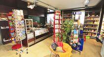 Lebensmittel, Lesestoff und weitere wichtige Dinge, die gerne ausgehen, hält der Minimarkt bereit.