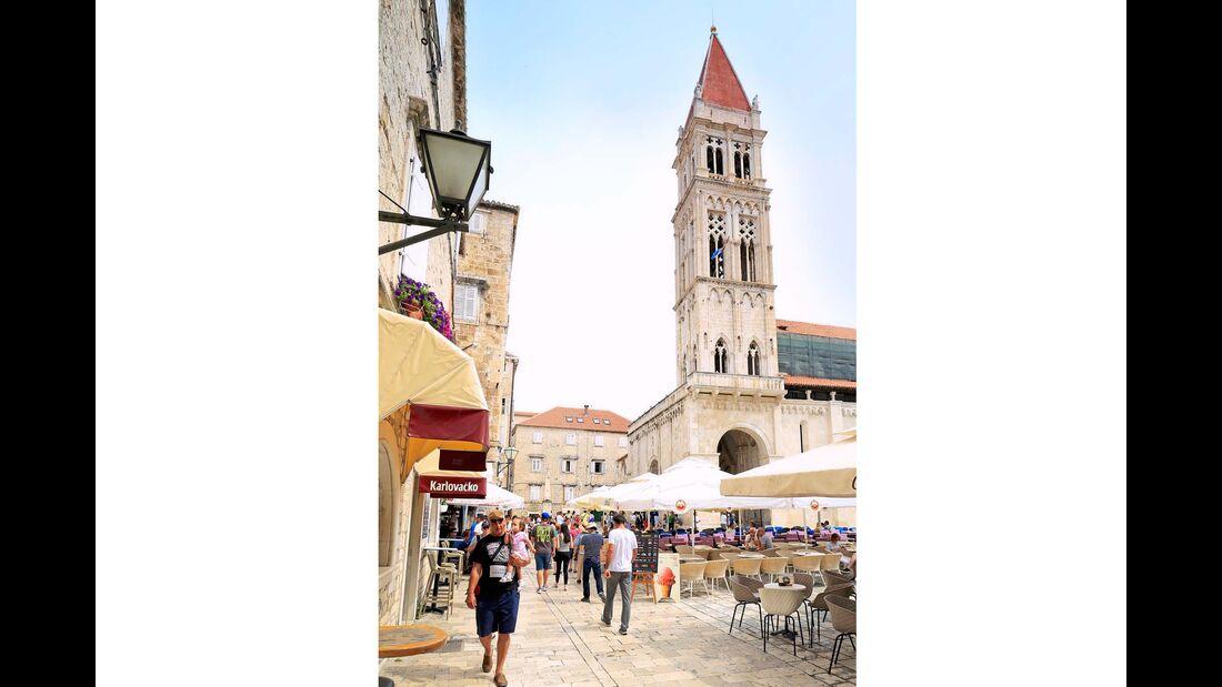 Lebhaftes Treiben am großen Stadtplatz in Trogir zu Füßen der Kathedrale mit ihrem schönen Glockenturm.
