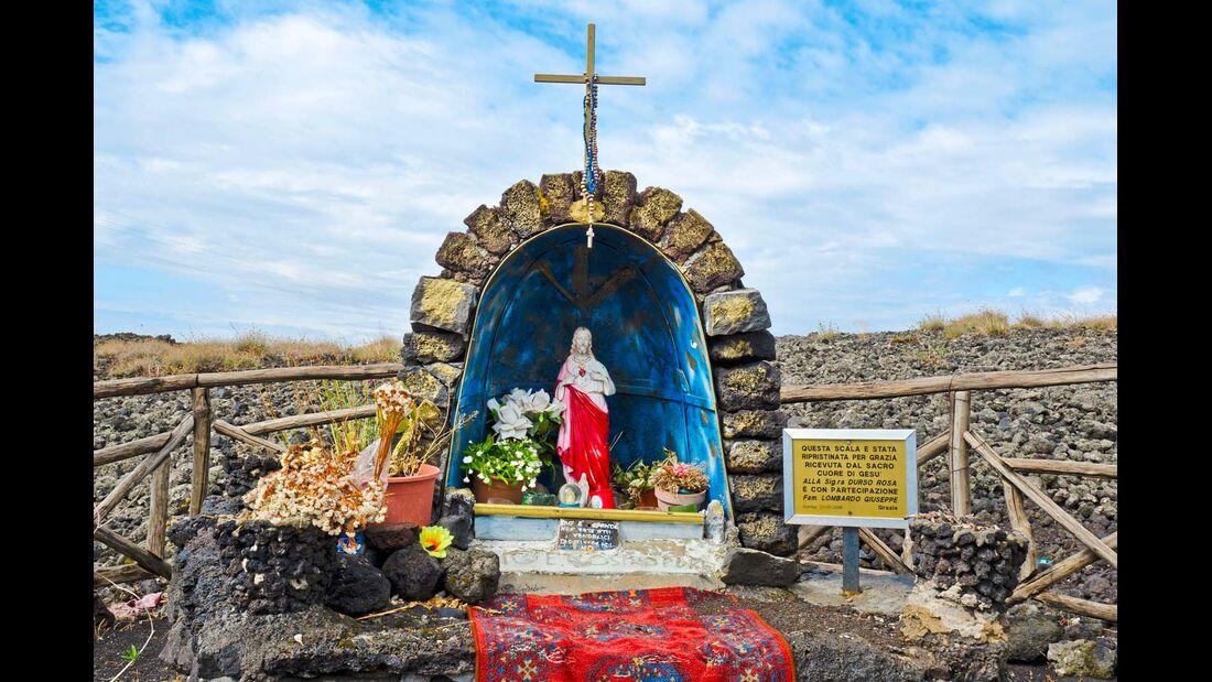 Marienstatue neben einem Lavafeld am Ätna.