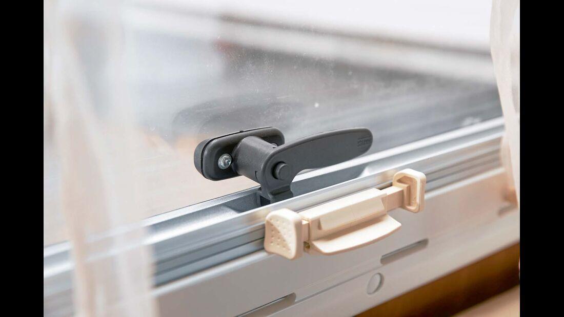 Mit Arretierung kann Riegel erst nach Druck auf den Knopf gedreht werden