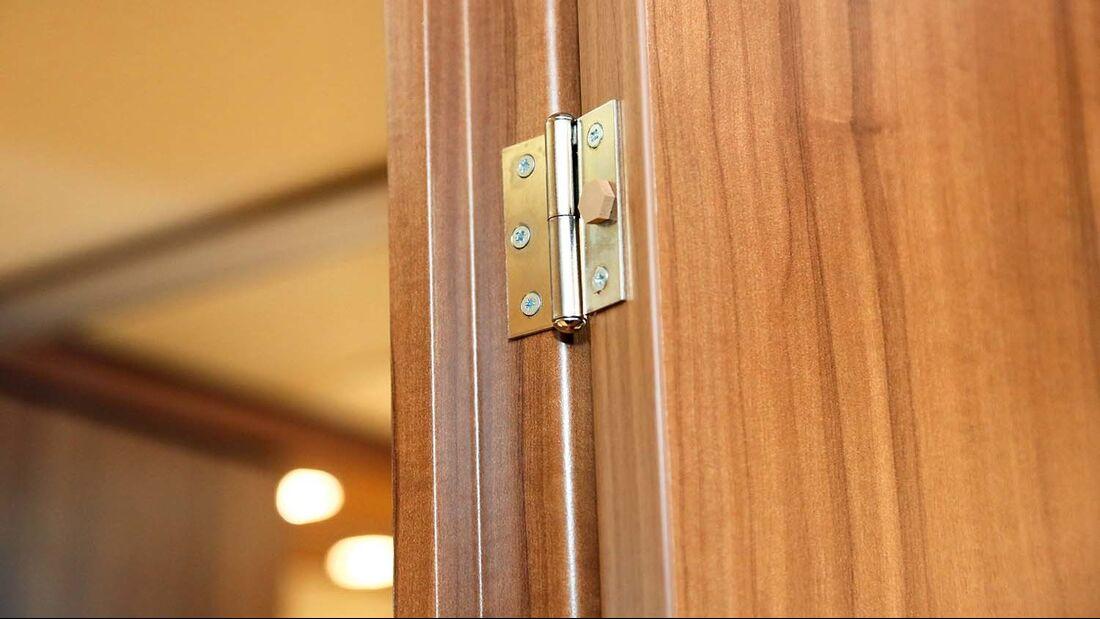 Mit dem passenden Scharnier lässt sich die Badtür 180 Grad öffnen.