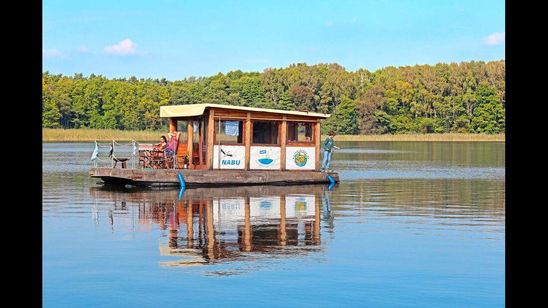 Mit einem Floß kann man die Region auch erkunden.