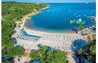 Moderner  Familienplatz am Meer mit tollen Angeboten wie etwa dem Familien-Wasserpark mit  Piratenschiff und Wasserrutschen.