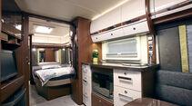 Opal 650 SFD: Das Längsbett lässt sich durch eine Holzschiebetür abteilen.