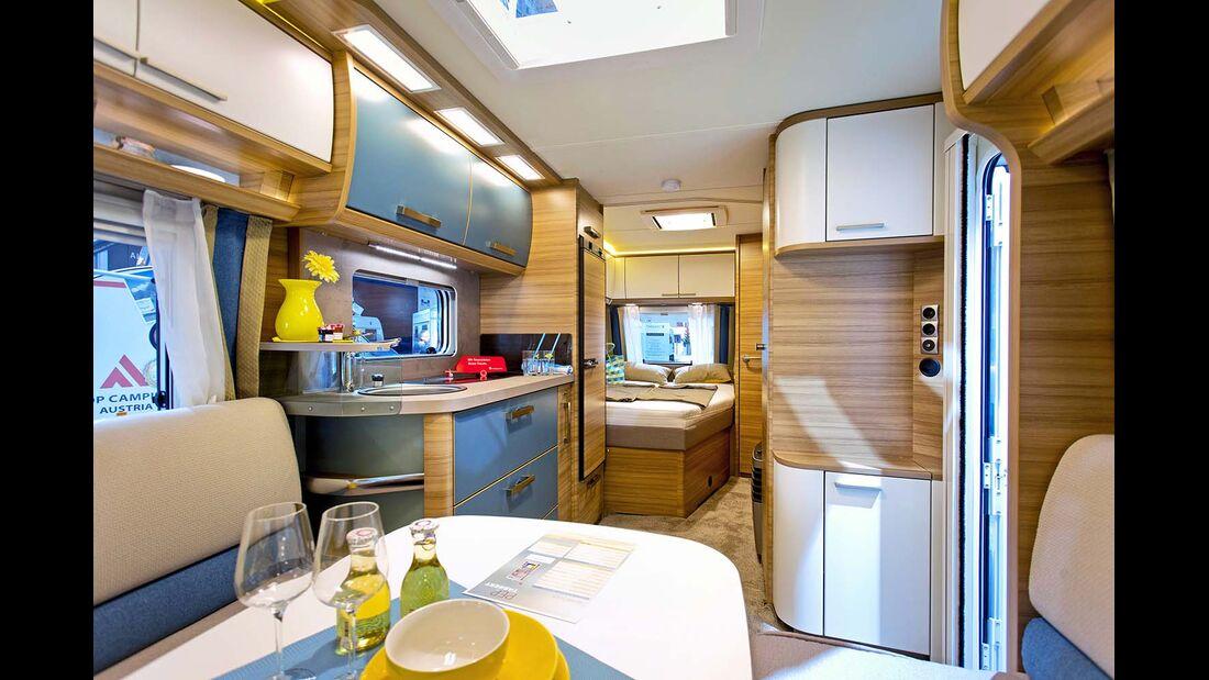 Pep 490 TD: französisches Bett, Seitenbad, Kompaktküche und Sitzgruppe auf 5,32 Meter Innenlänge.