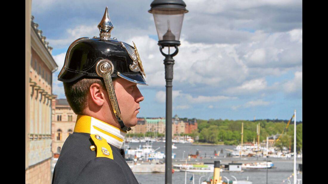 Posten vor dem Haupteingang zum Königlichen Stadtschloss.