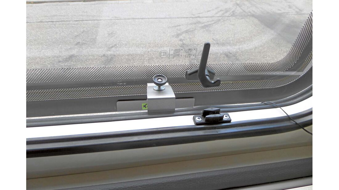 Profile für vorgehängte Fenster werden über den Scheibenrand gestülpt und innen per Schraube und Klemmung befestigt.