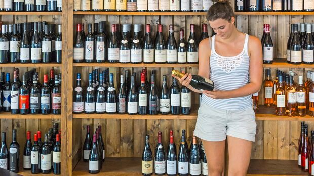 Regal im Weinhaus in der Trierer BrŸckenstra§e mit Inhaberin Victoria BŸsching