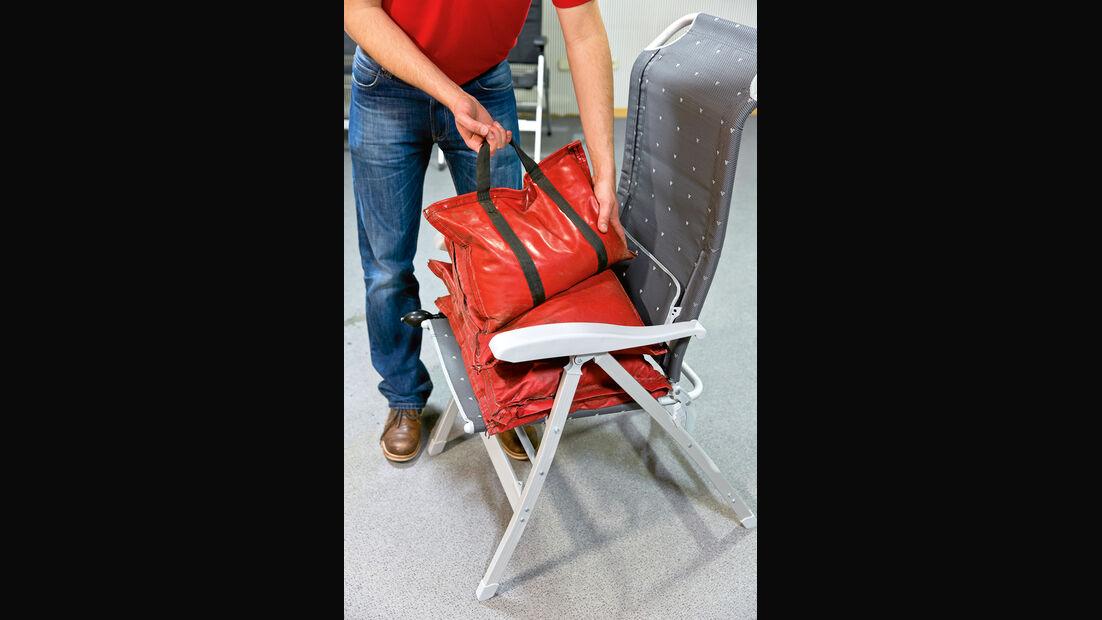 Rote Taschen auf Campingstuhl