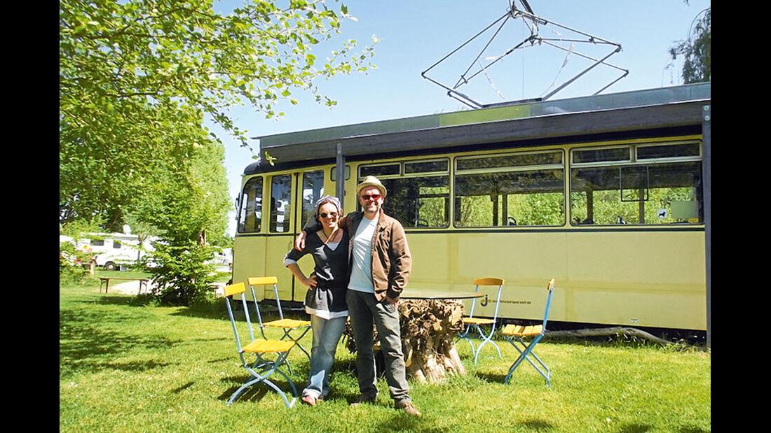 Sabine Teichgraeber und Bruder Steffen Albrecht vor der Rezeption, einer alten Jenaer Strassenbahn.