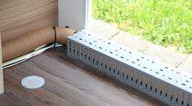 Schutzabdeckung für Warmluft und Stromleitungen im Bereich der Serviceklappe.