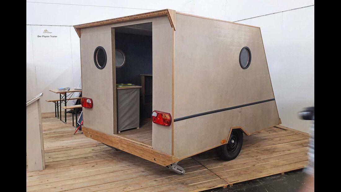 Sein Aufbau besteht aus einer selbsttragenden Stahlkonstruktion, auf die ein Sandwich aus papierartigem Recyclingmaterial geschraubt wird.
