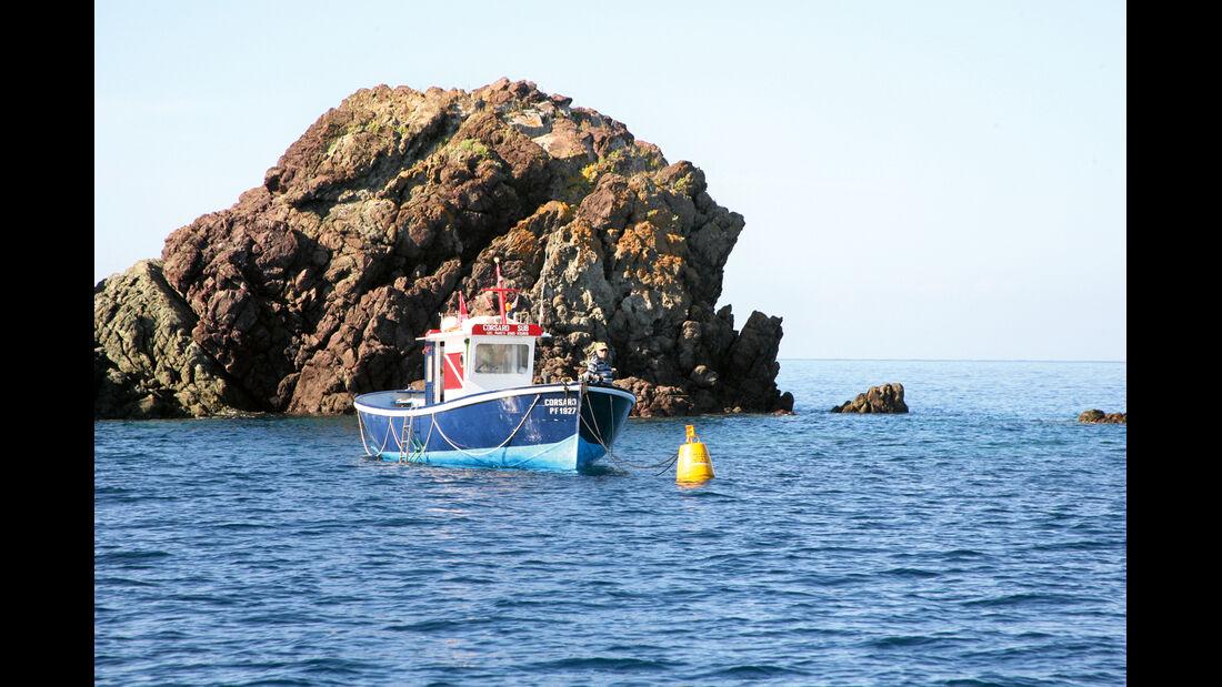 Solche Boote bringen Taucher zu den schoensten Plaetzen.