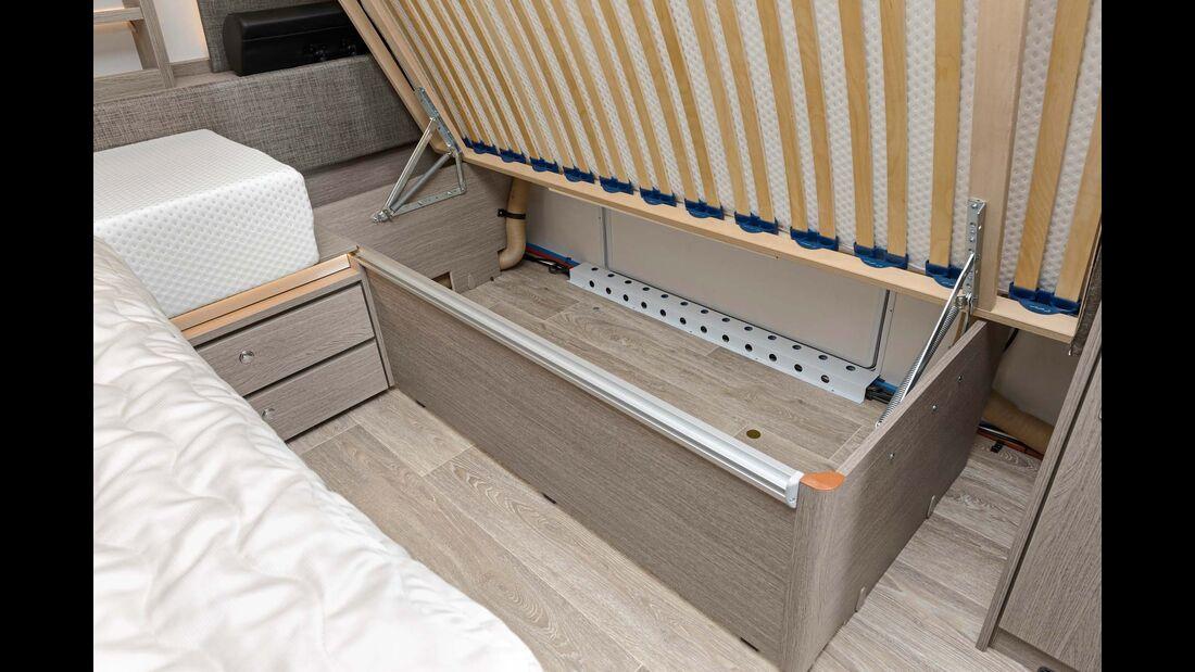 Stabile Bettstaukästen ohne Durchlade und mit teils ungeschützten Warmluftschläuchen.
