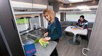 Stabile, ausklappbare Küchenarbeitsfläche beim Dethleffs Exclusiv