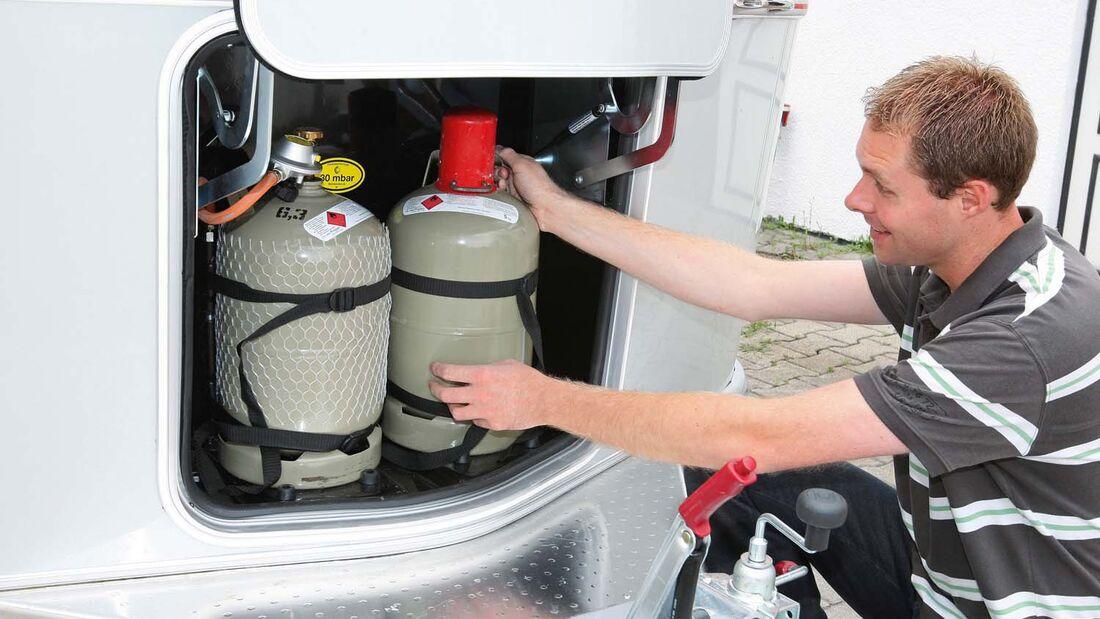 Standardmäßig sind zwei Elf-Kilo-Gasflaschen an Bord (links).
