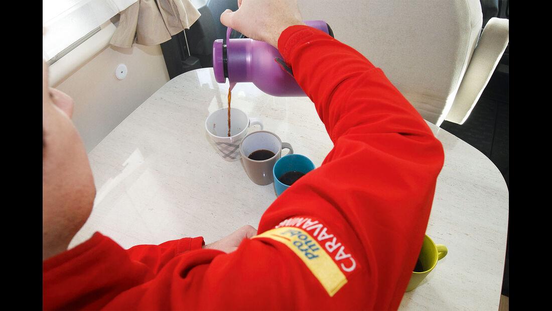 Tassen mit heißer Flüssigkeit