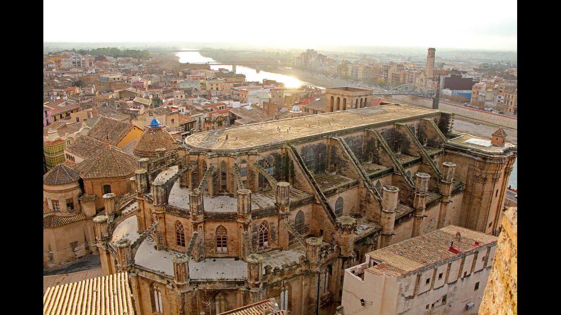Tortosa mit der ehrwürdigen Kathedrale von 1347 am Fluss Ebro.