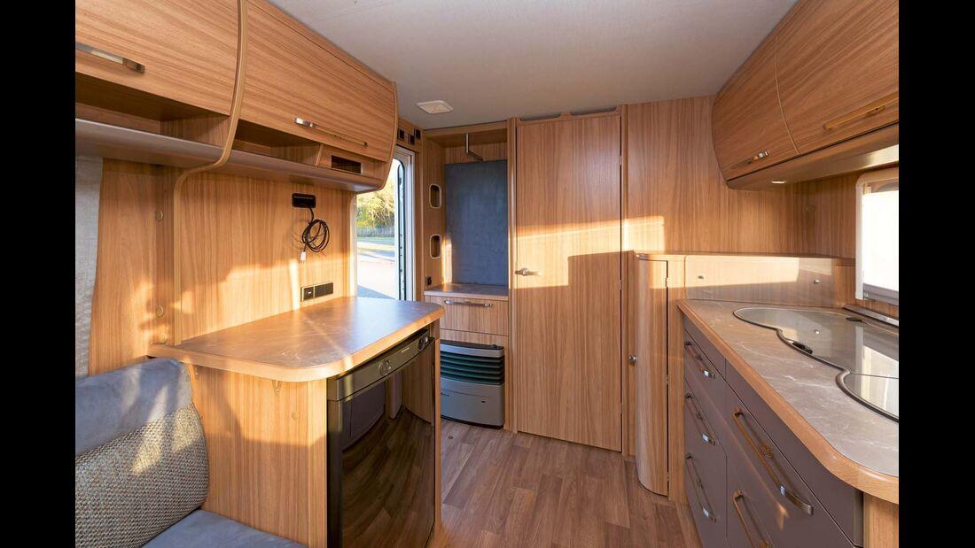 Über dem Kühlschrank ist Platz für TV und Kaffeemaschine.