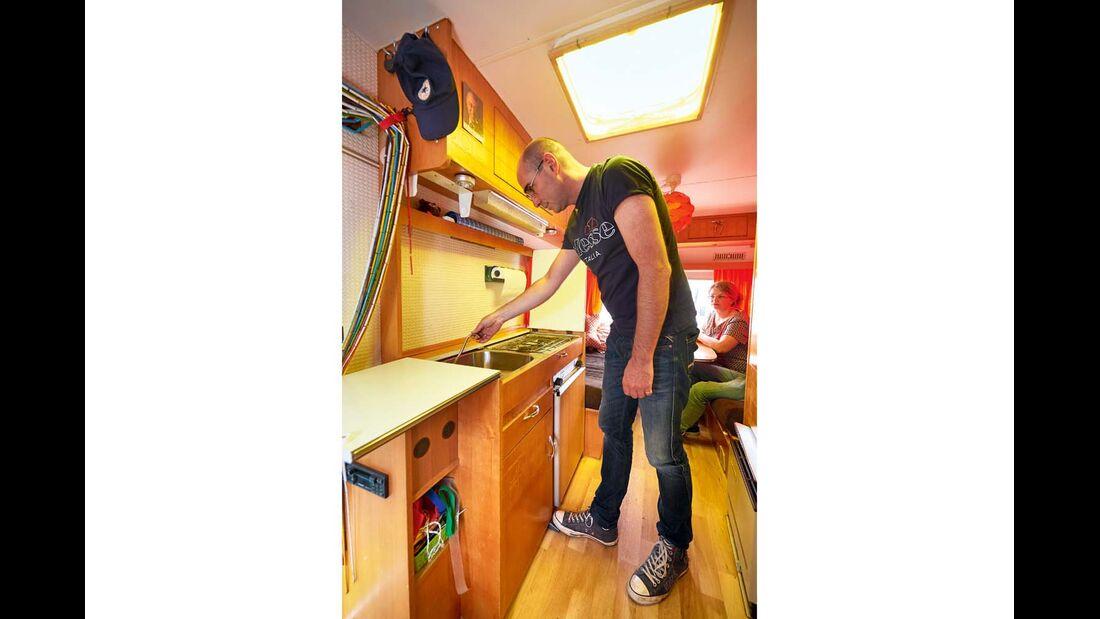 Über einen Fußschalter wird die Wasserpumpe für die Küche betrieben im Tabbert Comtesse