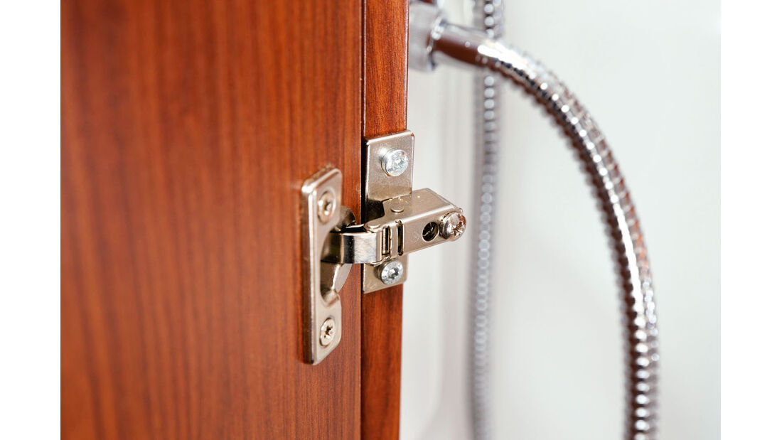 Ueberstehende Scharniere an der Duschraumtür beim Tabbert Puccini