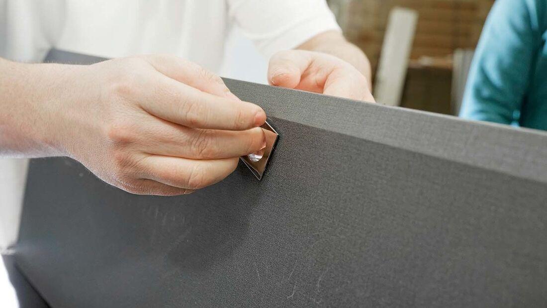 Um die Folierung zu erleichtern, sollten möglichst alle Klappen und Schubkästen ausgebaut werden.