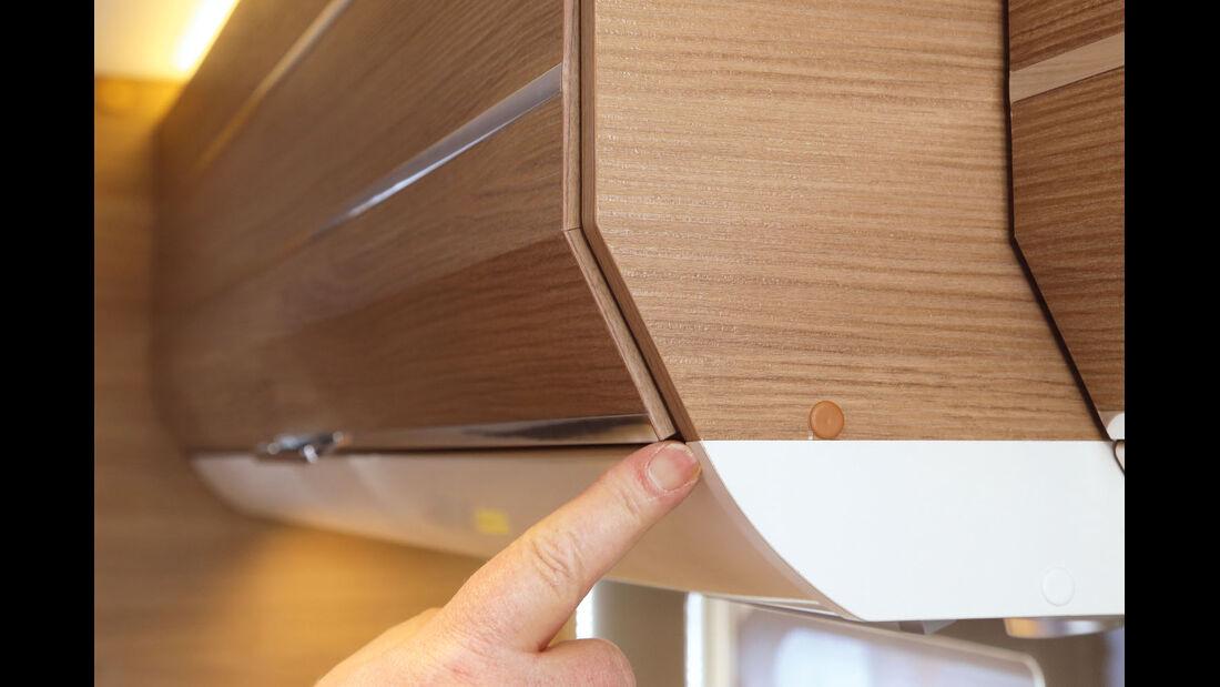 Ungenaue Passung am Haengeschrank, am vorderen Rand zwischen Deckel und Seitenwand.