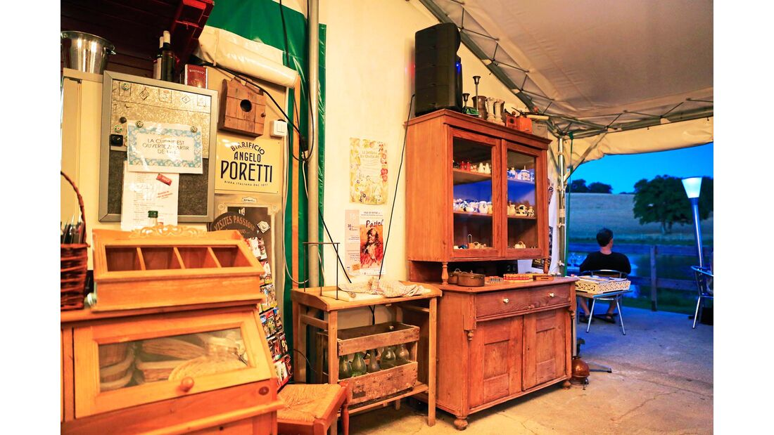 Uriger Gastraum mit einer Portion Nostalgie und Ausblick auf die hügelige Umgebung.