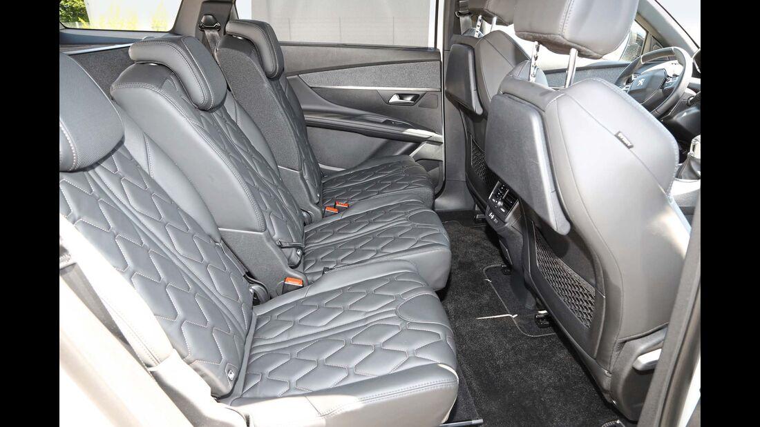 Verschiebbare EinzelRücksitze mit einstellbarer Lehnenneigung.