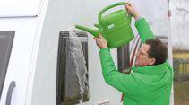 Viel Wasser verringert Kratzer und den Einsatz von Chemie beim Reinigen der empfindlichen Acrylglasscheiben
