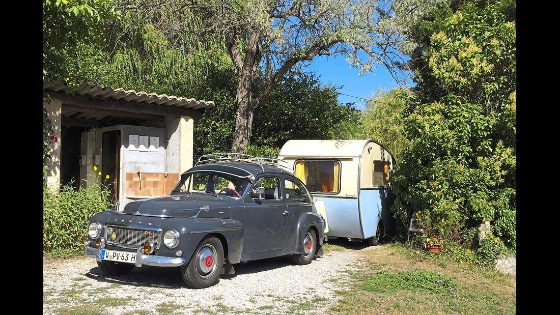 Volvo PV 544 mit Dethleffs Beduin Campingplatz Blieux