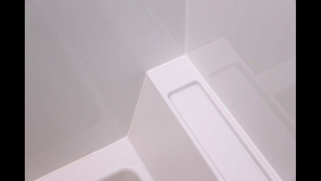 Wand-Formteile und Bodenwanne der separaten Dusche sind blitzsauber verfugt.