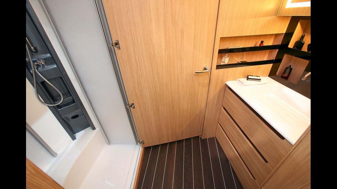 Waschtisch und Dusche/WC bilden in Fahrzeugmitte das Raumbad.