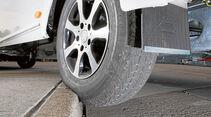 Zu heftig angefahrene Bordsteine koennen die Fahrwerkseinstellung veraendern.