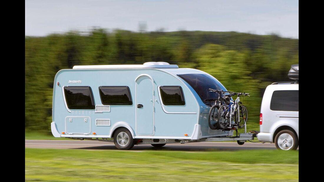 Zugwagen mit Caravan und E-Bikes
