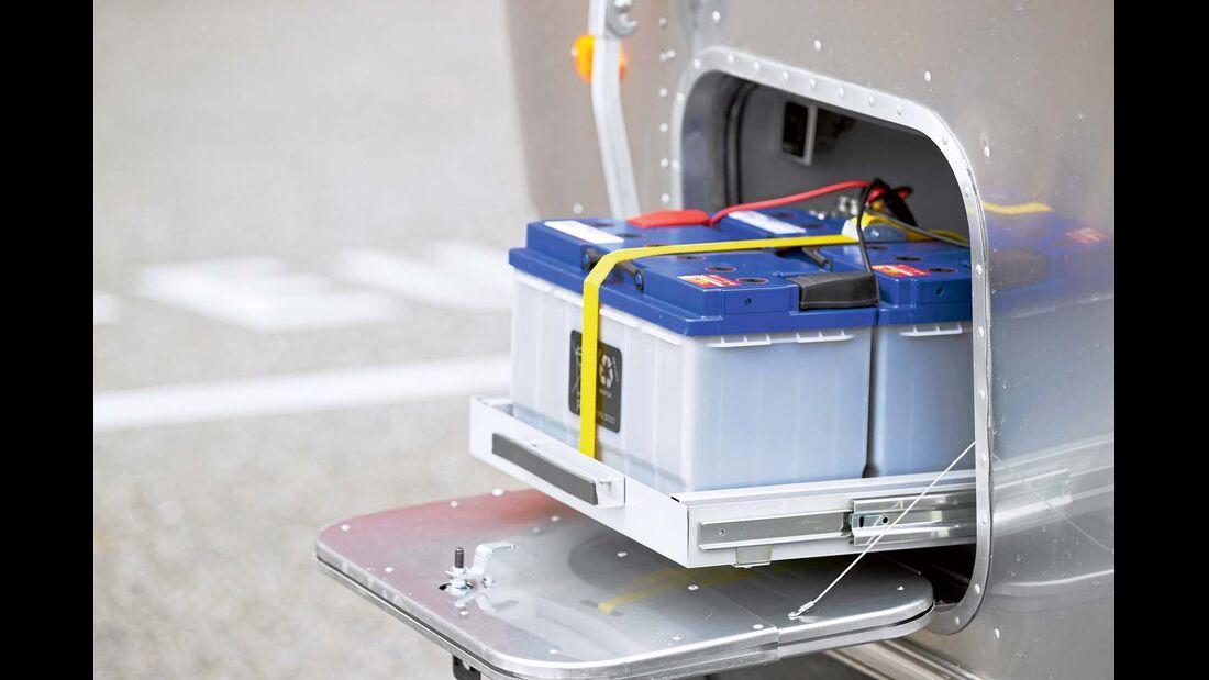 Zwei Akkus speisen die Bordtechnik – ein Gasgenerator sorgt für Nachschub beim Airstream 684