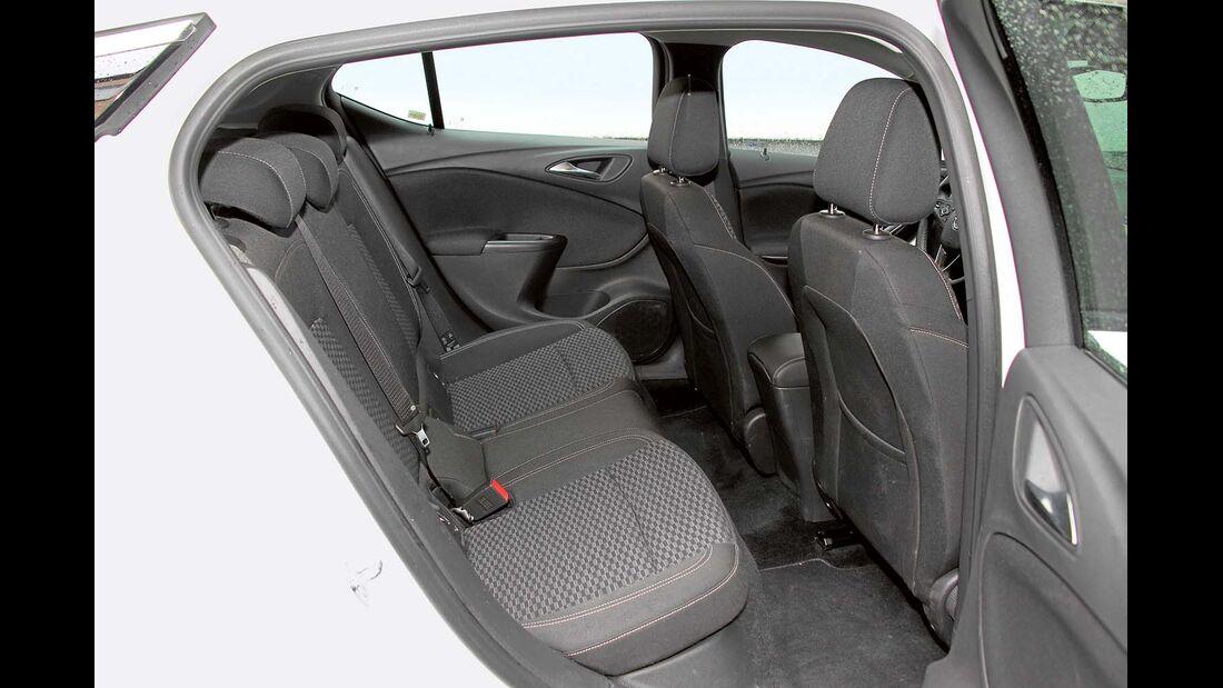 relativ viel Platz im Fond beim Opel Astra