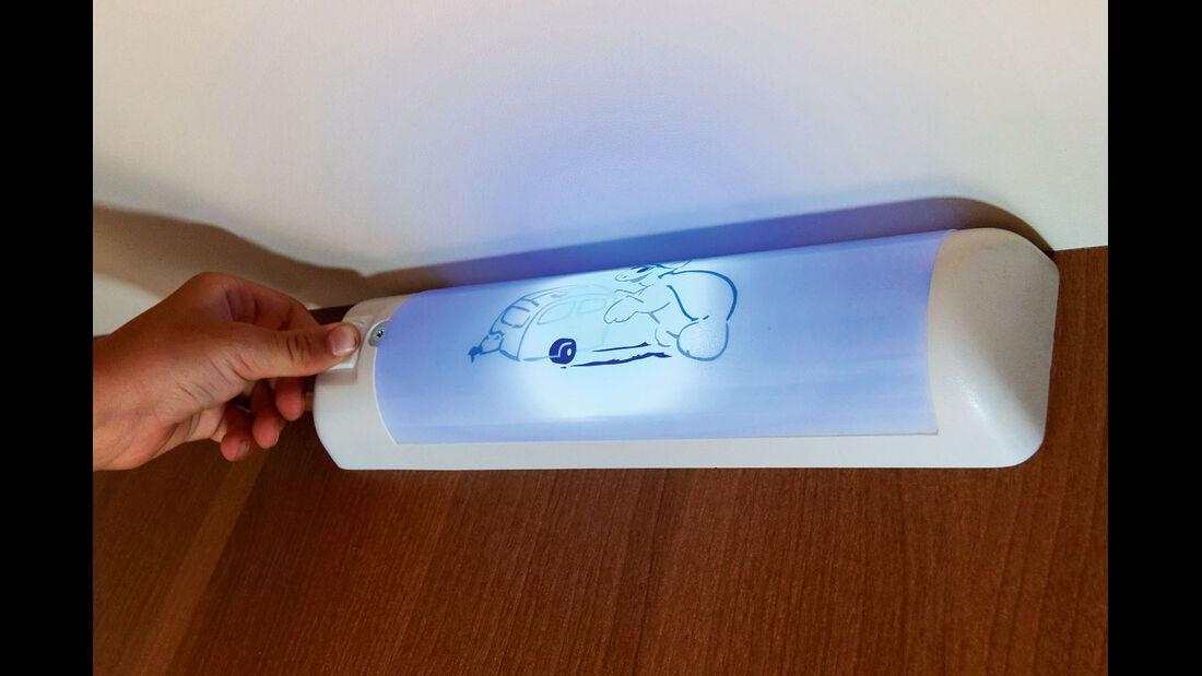 umschaltbare Lampen in den Stockbetten sorgen  für Licht in hellem Weiß oder gedämpftem Blau.